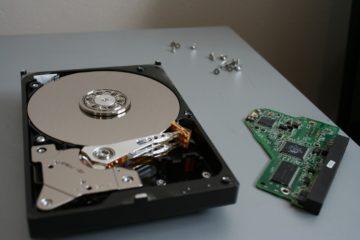 Imaxe dun disco duro no que se ven os seus compoñentes